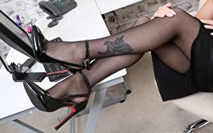 Bilder Hautnah Tätowierung Bein High Heels Strumpfhose junge frau