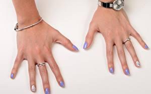 Fotos Großansicht Armbanduhr Finger Grauer Hintergrund Ring Maniküre Mädchens