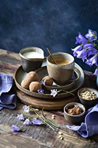 Hintergrundbilder Kaffee Bonbon Milch Glockenblumen Bretter Becher das Essen