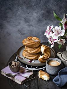 Bilder Kaffee Cappuccino Backware Bretter Becher Zucker Löffel Buch das Essen