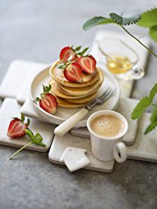Hintergrundbilder Kaffee Cappuccino Erdbeeren Eierkuchen Bokeh Becher Lebensmittel