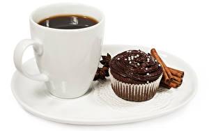 Fotos Kaffee Zimt Törtchen Schokolade Weißer hintergrund Teller Tasse