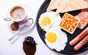Bilder Kaffee Kekse Brot Frankfurter Würstel Weißer hintergrund Frühstück Tasse Spiegelei Lebensmittel