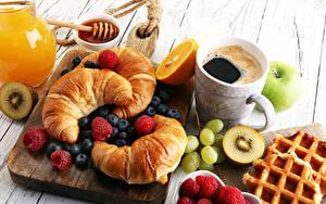 Bilder Kaffee Croissant Honig Obst Himbeeren Heidelbeeren Weintraube Frühstück Schneidebrett Tasse das Essen