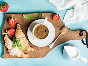 Hintergrundbilder Kaffee Croissant Erdbeeren Frühstück Schneidebrett Tasse Untertasse Zucker Die Sahne Lebensmittel