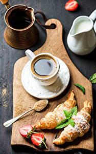 Bilder Kaffee Croissant Erdbeeren Schneidebrett Tasse Lebensmittel