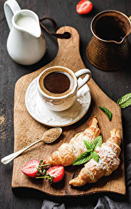 Fotos Kaffee Croissant Erdbeeren Schneidebrett Tasse Kanne