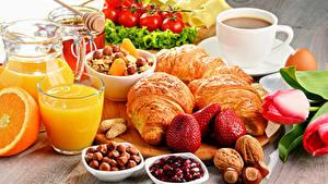 Fotos Kaffee Fruchtsaft Croissant Nussfrüchte Erdbeeren Tomate Haselnuss Frühstück Tasse Trinkglas