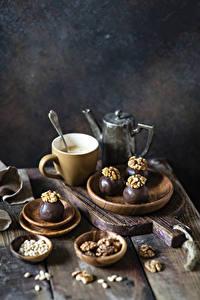 Bilder Kaffee Nussfrüchte Schokolade Bonbon Walnuss Bretter Schneidebrett Tasse das Essen
