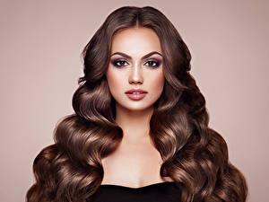 Bilder Farbigen hintergrund Braunhaarige Haar Blick Gesicht Frisur junge frau