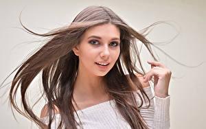 Hintergrundbilder Farbigen hintergrund Braunhaarige Haar Blick Hand junge Frauen