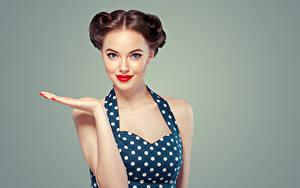 Fotos Farbigen hintergrund Braune Haare Hand Starren Rote Lippen Hübscher junge Frauen