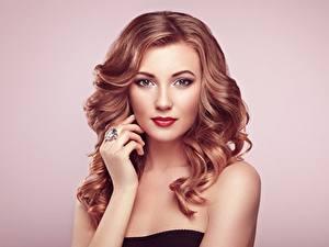 Desktop hintergrundbilder Farbigen hintergrund Hand Model Make Up Frisur Starren Mädchens