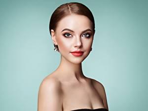 Fotos Farbigen hintergrund Model Schminke Frisuren Starren Schöne Braune Haare junge frau