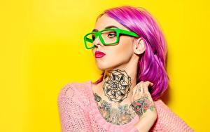 Fotos Farbigen hintergrund Rosa Farbe Schminke Brille Tätowierung Starren Haar junge frau