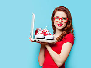 Desktop hintergrundbilder Farbigen hintergrund Rotschopf Brille Starren Notebook Plimsoll Schuh Rote Lippen junge frau