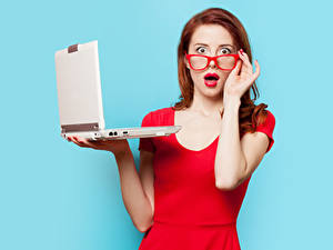 Hintergrundbilder Farbigen hintergrund Rotschopf Brille Erstaunen Hand Rote Lippen Notebook Blick junge Frauen