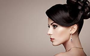 Hintergrundbilder Farbigen hintergrund Seitlich Schminke Frisuren Model Ohrring junge frau