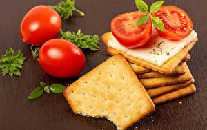 Bilder Kekse Käse Tomaten Farbigen hintergrund das Essen