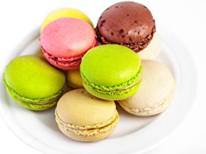 Bilder Kekse Großansicht Weißer hintergrund Macaron Mehrfarbige Lebensmittel