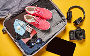 Bilder Coronavirus Maske Farbigen hintergrund Koffer Kopfhörer Fotoapparat Smartphones Brille Tourismus