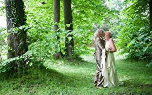 Fonds d'écran Couples dans l'amour Homme Femme adulte Herbe 2 Câlin Les robes Mariages Marié homme Mariées
