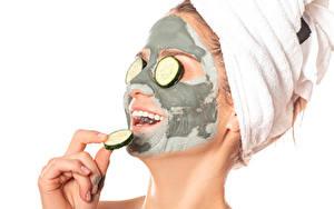 Bilder Kreativ Gurke Weißer hintergrund Gesicht Hand mudpack Mädchens