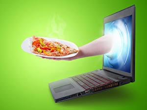 Fotos Kreativ Fast food Pizza Farbigen hintergrund Notebook Hand Lebensmittel