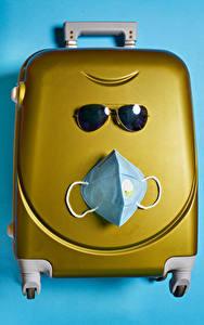 Hintergrundbilder Kreative Maske Coronavirus Farbigen hintergrund Koffer Brille