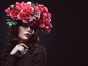 Bilder Kreative Model Braune Haare Schminke Kranz junge frau Blumen