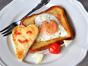 Fotos Kreativ Valentinstag Brot Tomate Spiegelei Herz Gabel Pfeil