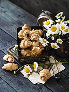 Fotos Croissant Kamillen Bretter das Essen Blumen