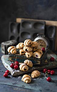 Bilder Croissant Kirsche Bretter Lebensmittel