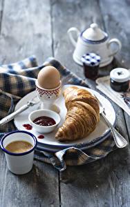 Fotos Croissant Kaffee Konfitüre Bretter Frühstück Ei Teller Trinkglas Lebensmittel