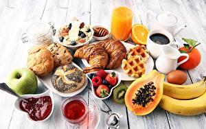 Bilder Croissant Fruchtsaft Konfitüre Brötchen Schalenobst Müsli Erdbeeren Frühstück