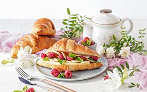 Bilder Croissant Himbeeren Pfeifkessel Messer Teller Gabel
