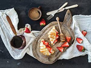 Bilder Croissant Erdbeeren Kaffee Messer Schneidebrett Becher Gabel