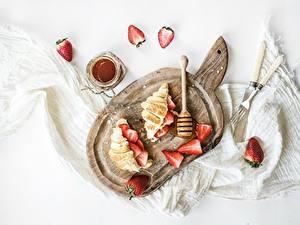 Bilder Croissant Erdbeeren Konfitüre Schneidebrett