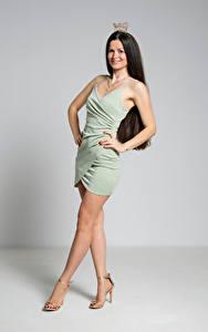 Bilder Krone Brünette Pose Kleid Bein Lächeln Antonija