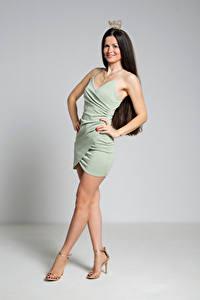 Bilder Krone Brünette Pose Kleid Bein Lächeln Antonija Mädchens