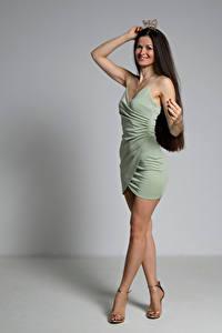 Fotos Krone Lächeln Posiert Kleid Bein Brünette Antonija junge Frauen