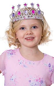 Hintergrundbilder Krone Weißer hintergrund Kleine Mädchen Model Lächeln kind