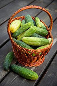 Bilder Gurke Viel Bretter Weidenkorb das Essen