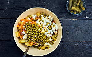 Fotos Gurke Salat Gemüse Grüne Erbsen Bretter Teller Olivier salad das Essen