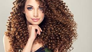 Desktop hintergrundbilder Lockige Braune Haare Starren Hand Frisuren Haar junge frau