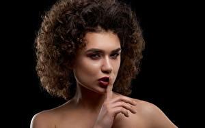 Bakgrundsbilder på skrivbordet Lockigt Gester Svart bakgrund Fotomodell Smink Frisyr ung kvinna