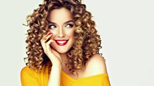 Hintergrundbilder Lockige Grauer Hintergrund Braune Haare Lächeln Starren Hand Rote Lippen Hübscher junge frau