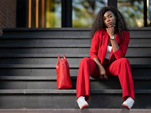 Hintergrundbilder Locken Handtasche Stiege Sitzen Anzug Blick Neger Rot Ginette Mädchens