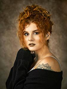 Fotos Lockige Rotschopf Gesicht Starren junge Frauen