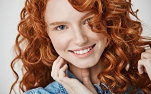 Hintergrundbilder Locken Rotschopf Lächeln Starren Gesicht Haar Mädchens